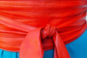 Cinturón ancho de cuero rojo